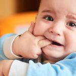 Почему у ребенка появилось белое пятно на десне