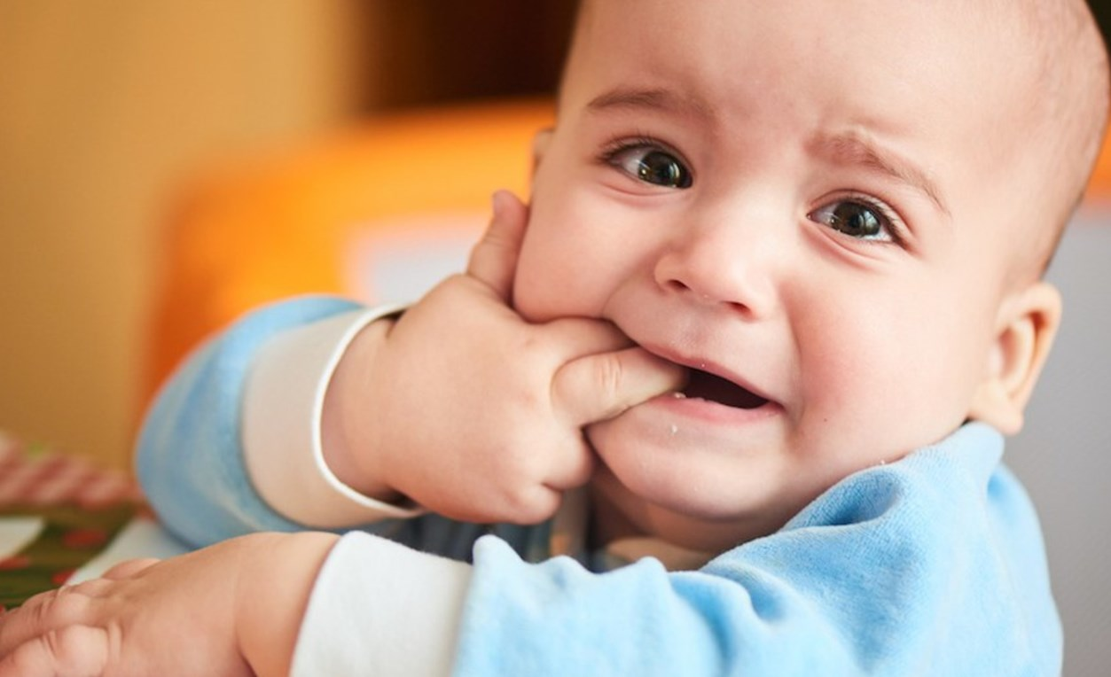 Белое пятно на десне у ребенка
