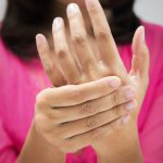 Что делать, если болит локоть и немеет кисть руки