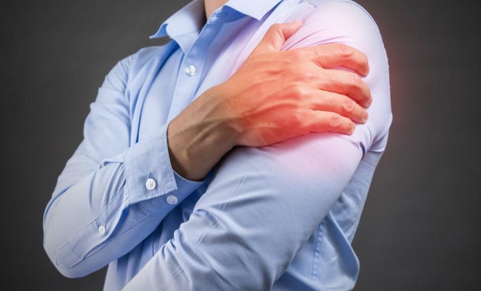 Плечо болит