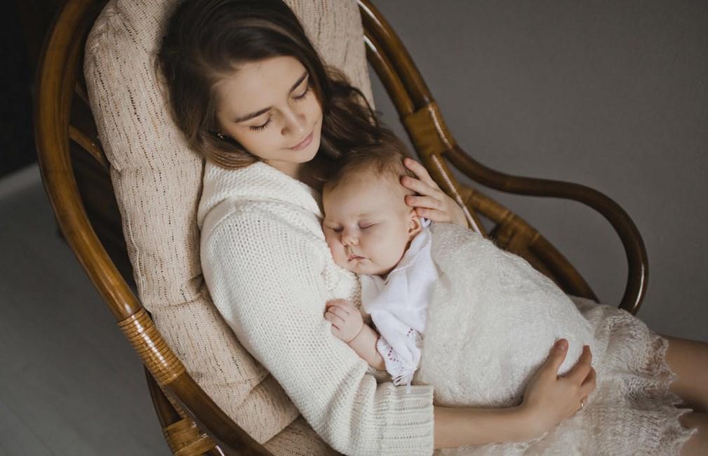 Мама с младенцем на руках