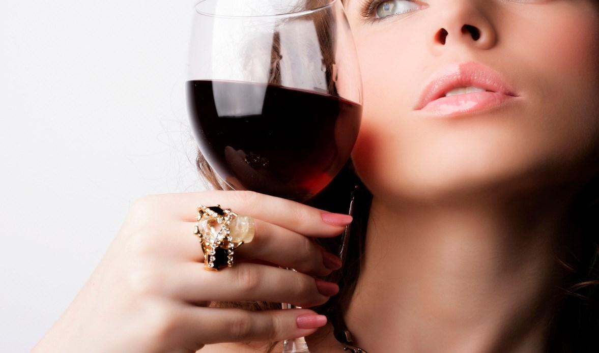 Девушка пьет шампанское