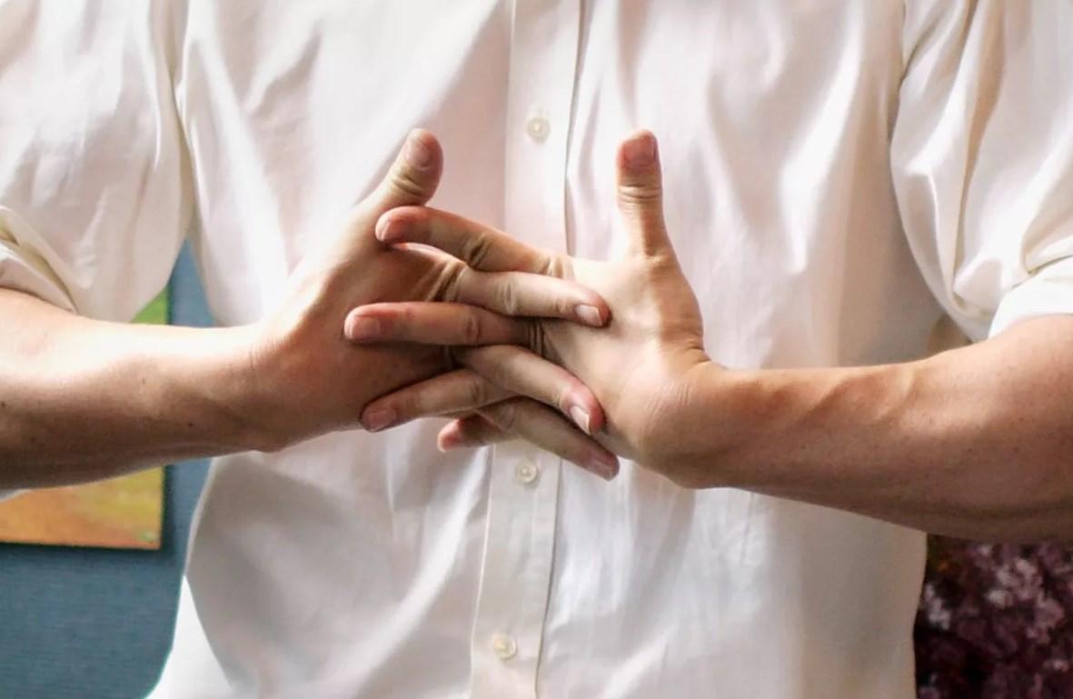 Хрустеть пальцами