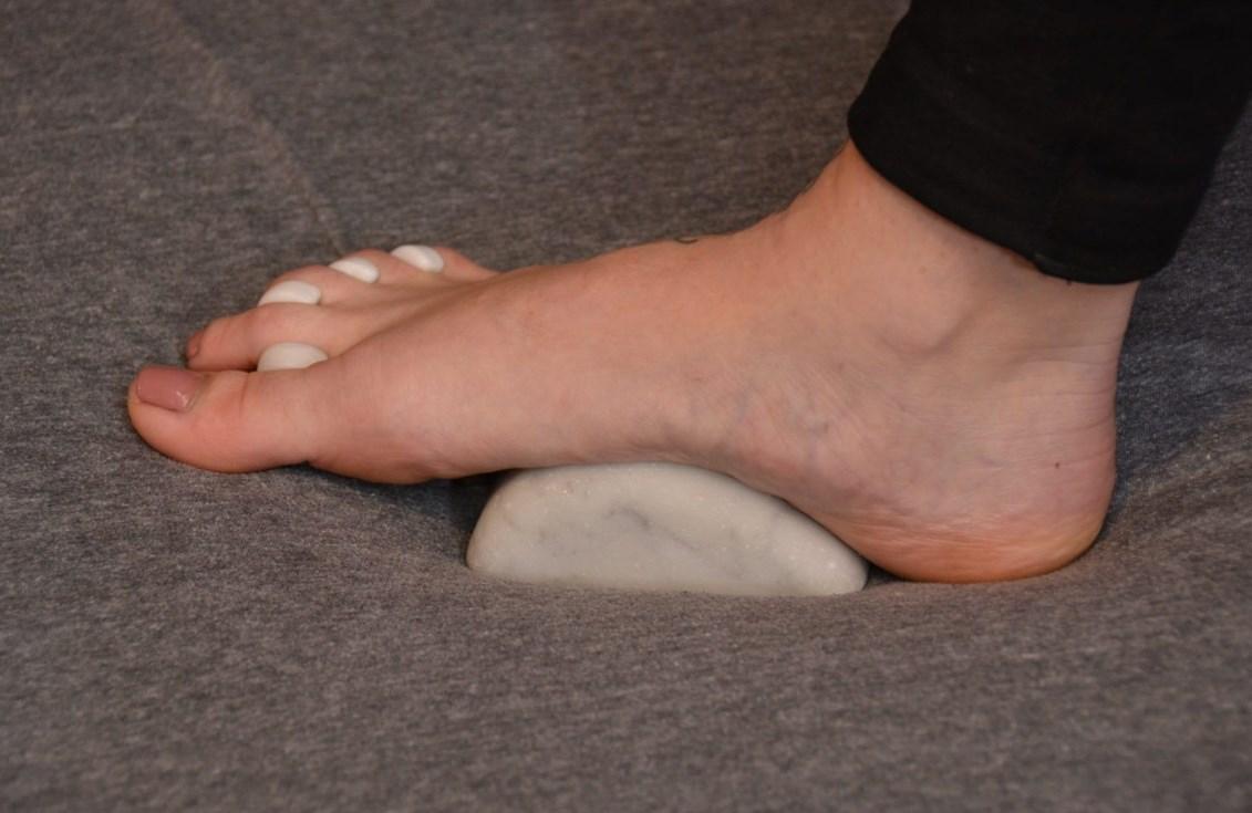 как-то компенсировать какой ногой вставать пяткой на фото двух