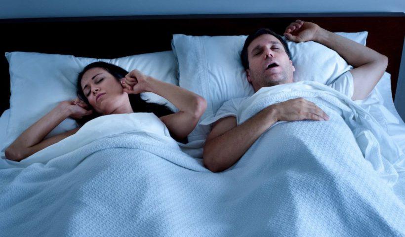 Сильно храпит во сне