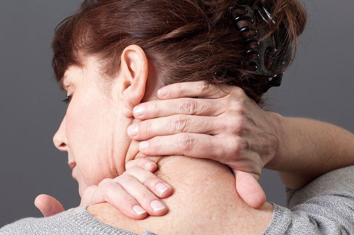 Болит шея справа